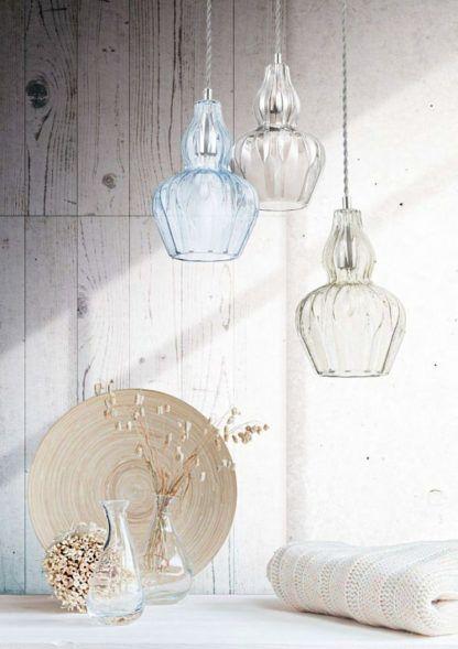 elegancka lampa wisząca, szklana - aranżacja jasny beż i drewno