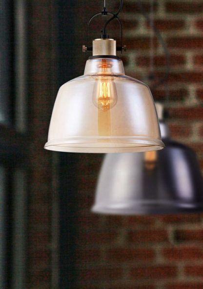 lampa wisząca, szklana w stylu industrialnym - aranżacja czerwona cegła