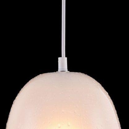 szklana lampa wisząca, na kloszu widoczne krople wody, nowoczesna
