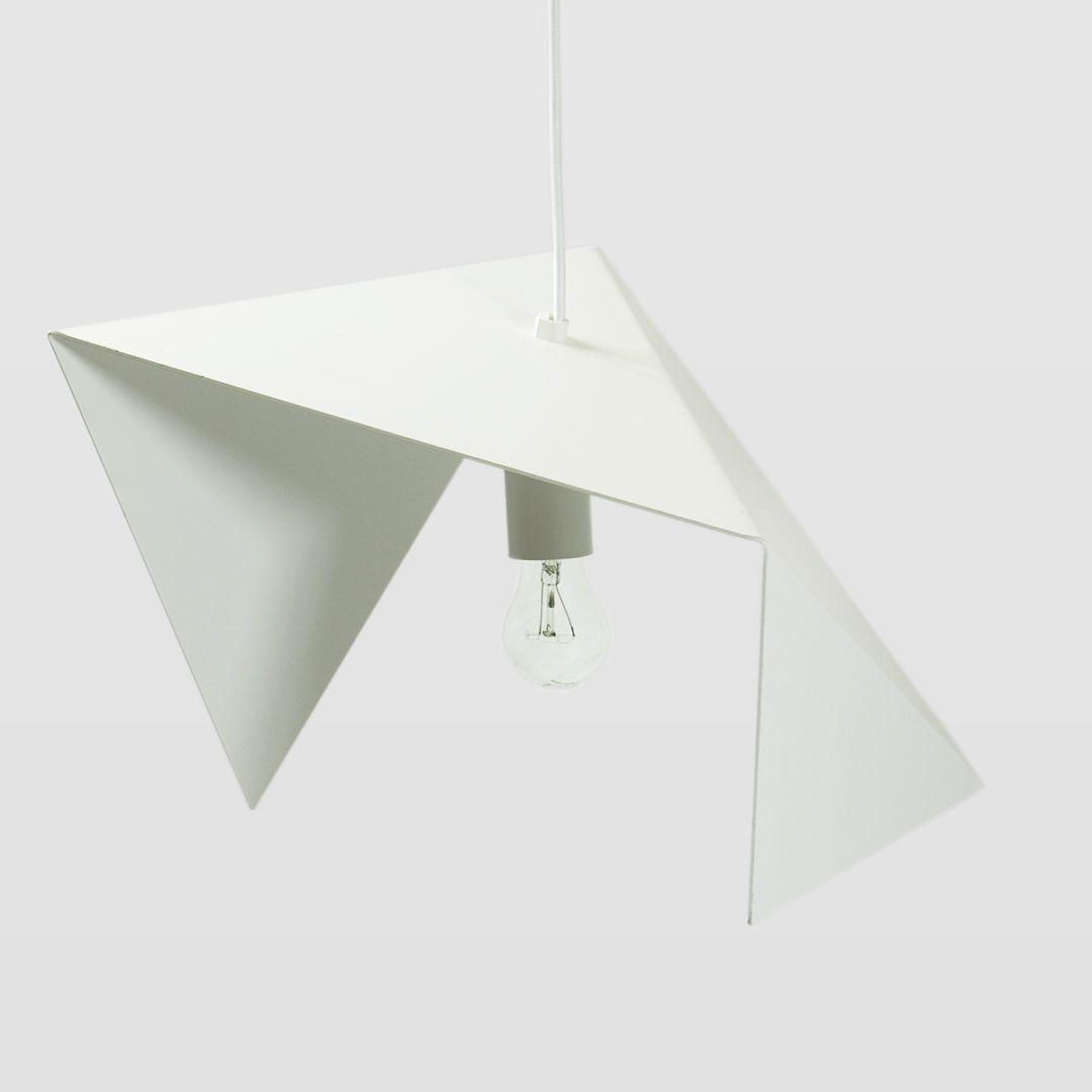 biała lampa wisząca z metalu