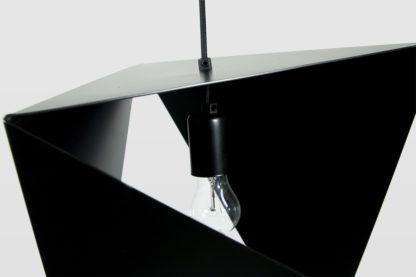 metalowa lampa wisząca z kloszem z powyginanego, czarnego metalu