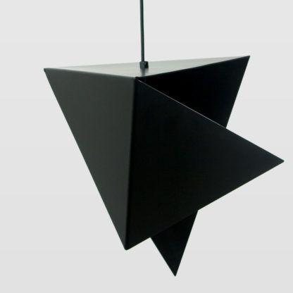 czarna lampa wisząca z metalu, geometryczna forma