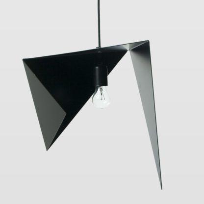 lampa wisząca z czarnego metalu, asymetryczny klosz