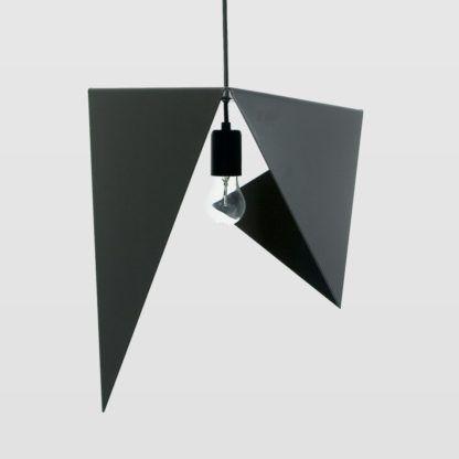 czarna lampa wisząca z geometrycznym kloszem