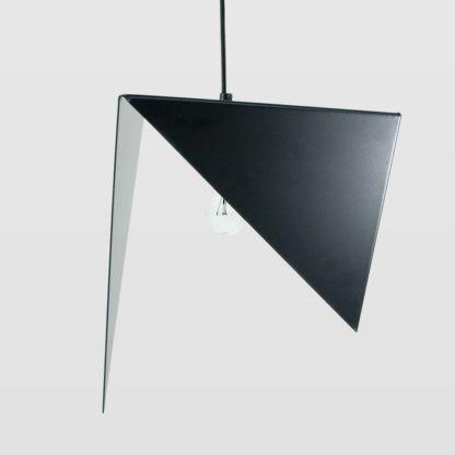czarna lampa wisząca, metalowa, asymetryczna