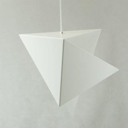 biała lampa wisząca z metalu, geometryczna