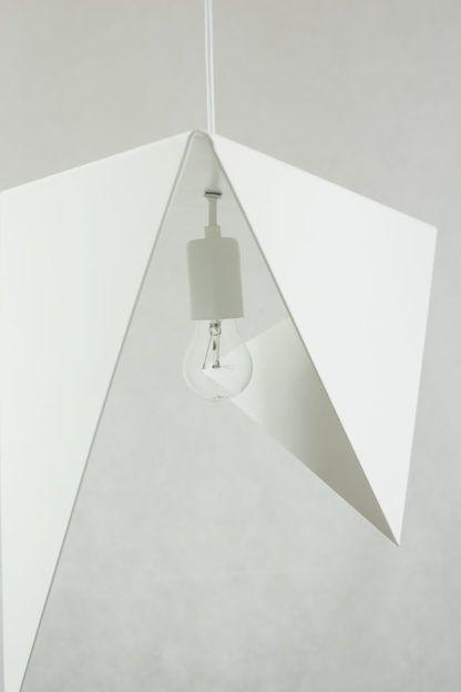 metalowa lampa wisząca w oryginalnej, geometrycznej formie