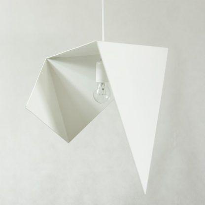biała lampa wisząca, asymetryczna