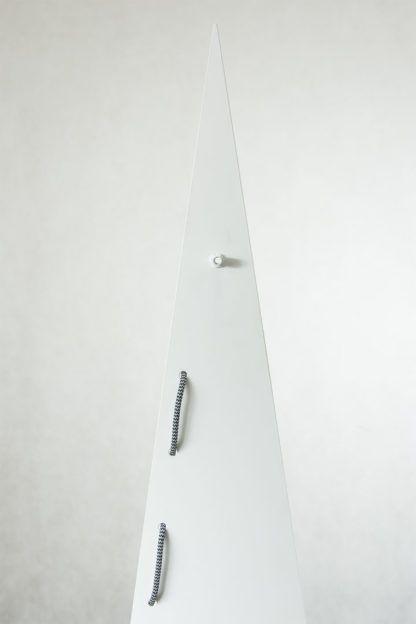 biała lampa stalowa, metalowa, duży trójkąt, lampa podłogowa