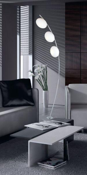 lampa podłogowa z trzema białymi kloszami, kształt łuku - aranżacja nowoczesny salon
