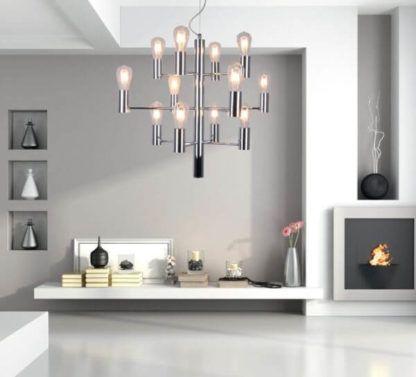 duży, industrialny żyrandol w nowoczesnym salonie - aranżacja