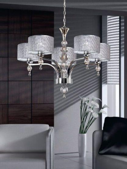nowoczesny, połyskujący żyrandol w stylu glamour - aranżacja nowoczesny salon, szarość, brąz