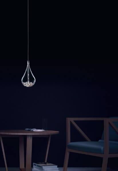 nieduża lampa wisząca ze szklanym kloszem w kształcie kropli, nowoczesna - aranżacja