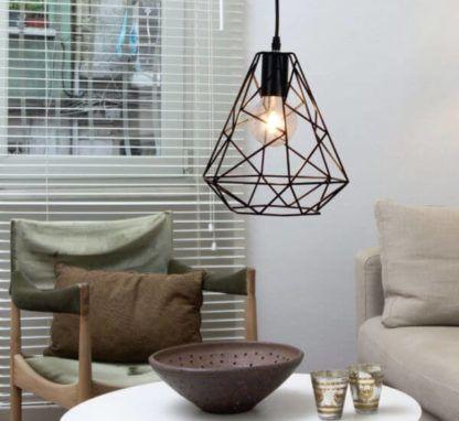 metalowa lampa wisząca w kształcie diamentu, styl skandynawski, industrialny - aranżacja salon, lampa nad stolikiem w salonie