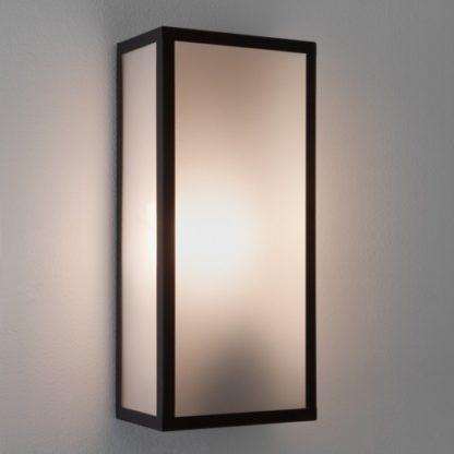 prostokątny kinkiet z mlecznego szkła w czarnej oprawie, kinkiet zewnętrzny i wewnętrzny
