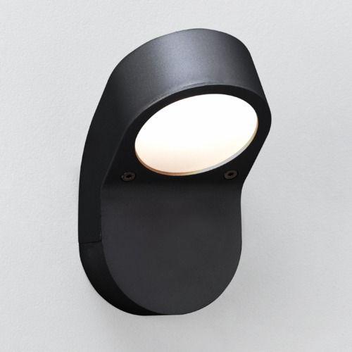 czarny, nowoczesny kinkiet zewnętrzny, aranżacja oświetlenie ogrodu