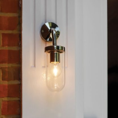 srebrny kinkiet zewnętrzny, szklany klosz, bezbarwny - aranżacja oświetlenie drzwi wejściowych