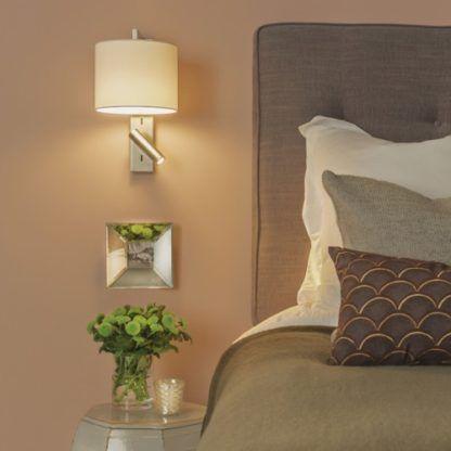 srebrny, nowoczesny kinkiet z abażurem i dodatkowym reflektorem do czytania, funkcjonalny - aranżacja sypialnia beż