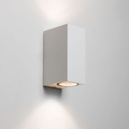 jasny kinkiet w nowoczesnej, geometrycznej formie, oświetlenie góra-dół