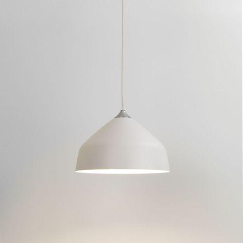 lampa z białym, metalowym kloszem, oświetlenie do jasnej, nowoczesnej i skandynawskiej jadalni, kuchni