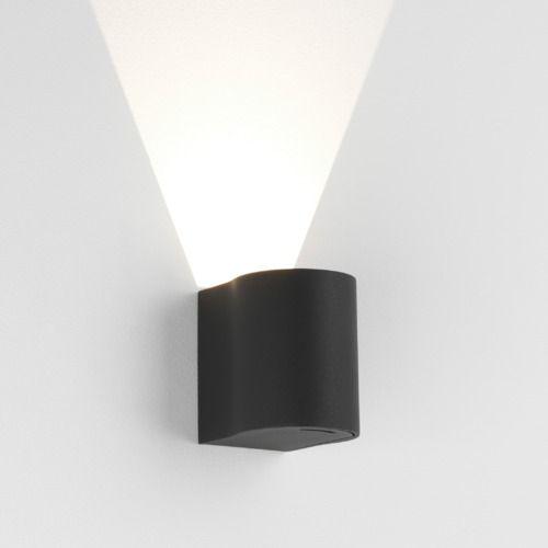 czarny, zewnętrzny kinkiet z metalu, pionowe światło w jednym kierunku