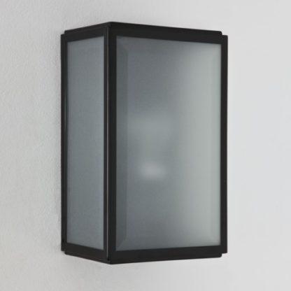 kinkiet ze szklanym, mlecznym kloszem i czarną oprawą, prostokąt
