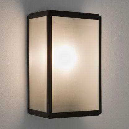 prostokątny, nowoczesny kinkiet z kloszem z mlecznego szkła w ciemnej, metalowej oprawie