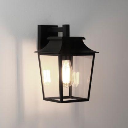 czarny klasyczny kinkiet inspirowany latarnią