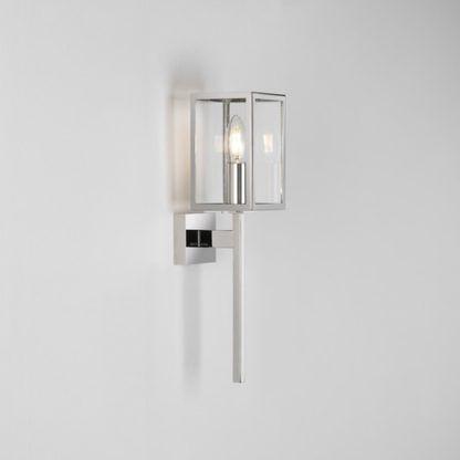 szklany kinkiet w srebrnej, połyskującej oprawie, styl nowoczesny, industrialny