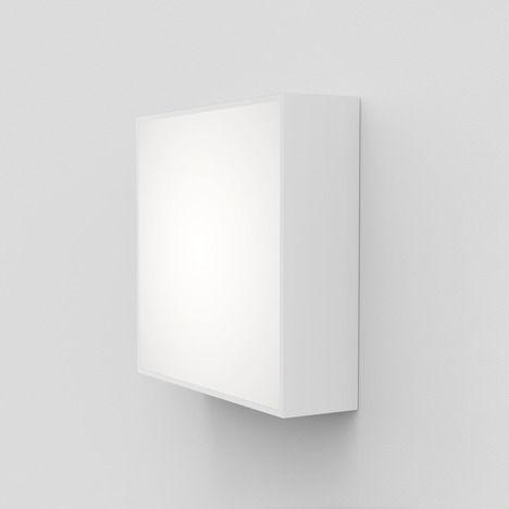 duży kwadratowy plafon i kinkiet, białe wykończenie, odporny na wilgoć w łazience
