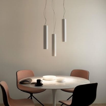 lampa wisząca, cienki klosz w kształcie tuby, styl nowoczesny, lampa nad stół - aranżacja