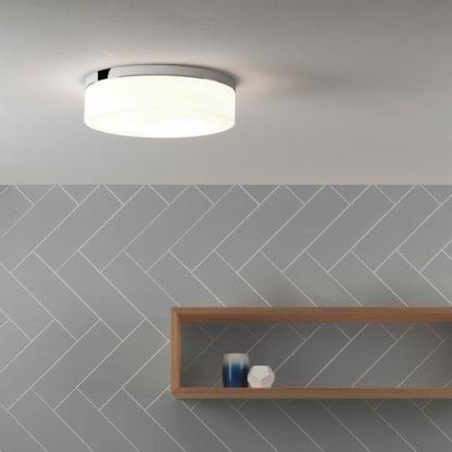 okrągła, szklana lampa sufitowa, oświetlenie sufitowe do łazienki - aranżacja