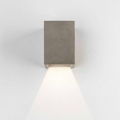 betonowy, zewnętrzny kinkiet w kształcie prostokąta, nowoczesny