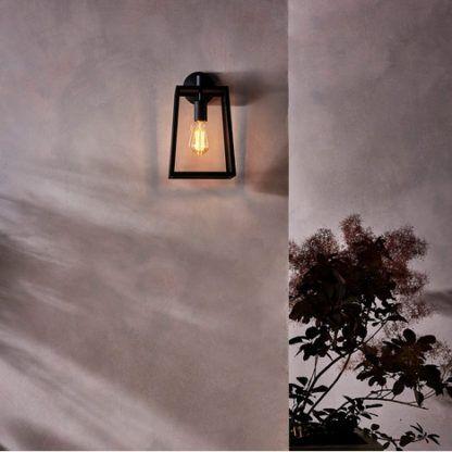 szklany, klasyczny kinkiet zewnętrzny, klosz latarni w czarnej oprawie