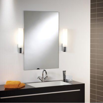 Elegancki kinkiet Kyoto 365 - w łazience przy lustrze