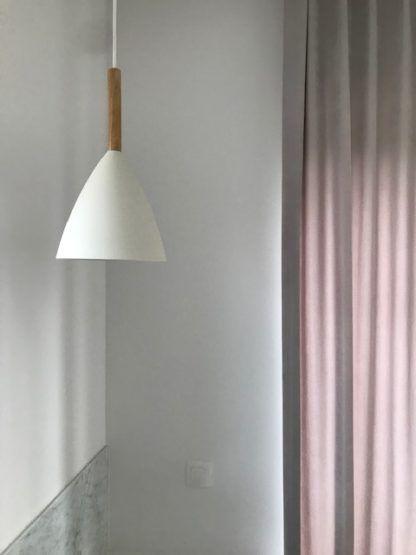 lampa wisząca biała z elementem z drewna