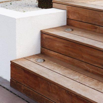 Oczko świetlne Terra 90 - na drewnianych schodach
