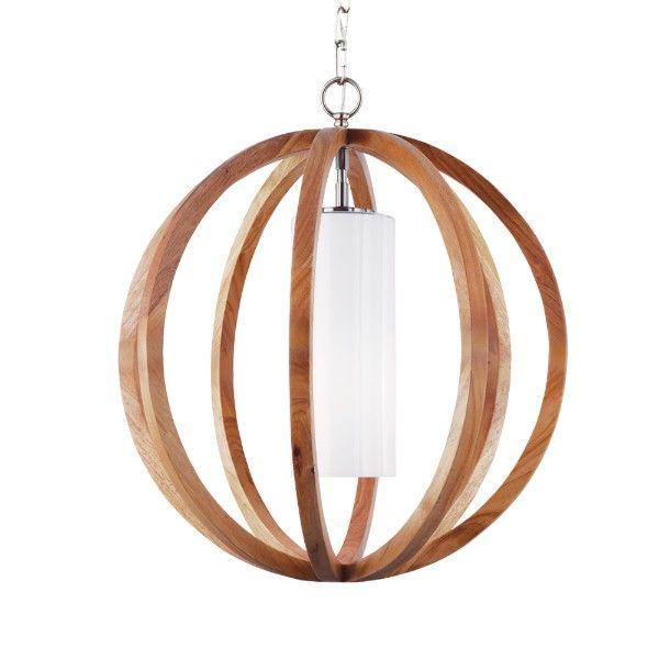 drewniana lampa wisząca z mlecznym kloszem wewnątrz