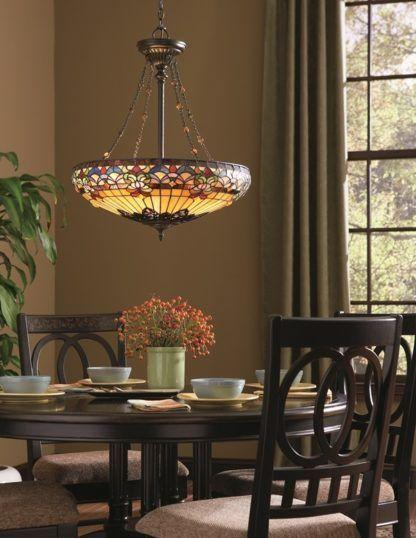 wisząca witrażowa lampa belle w salonie nad stołem