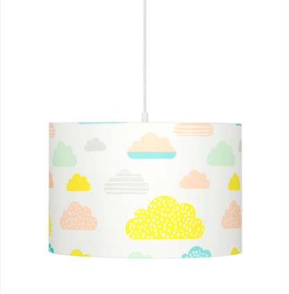 biała lampa wisząca z abażurem w kolorowe chmurki
