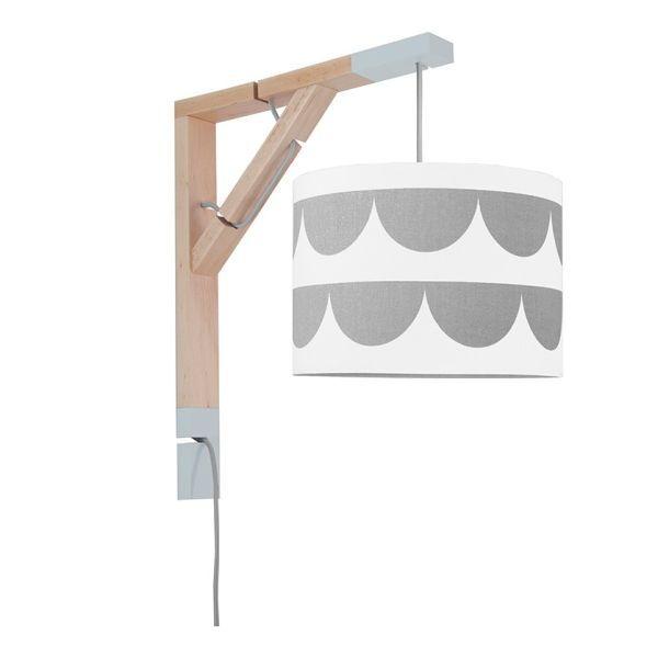drewniany kinkiet z biało-szarym abażurem, skandynawski