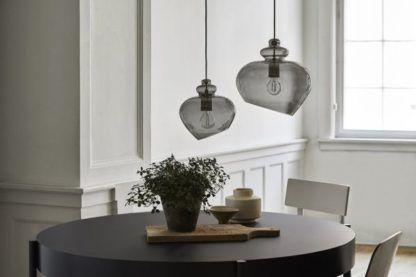 szara szklana lampa nad stół