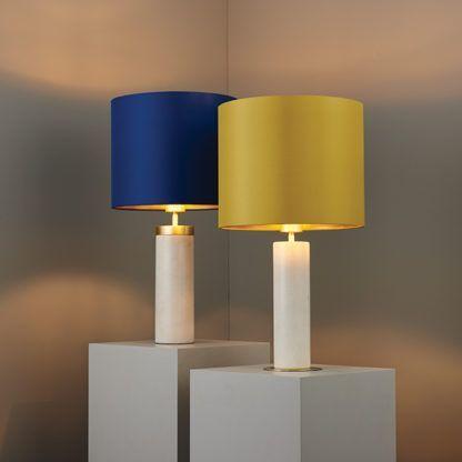 stylowa lampa stołowa, biała z kolorowym abażurem