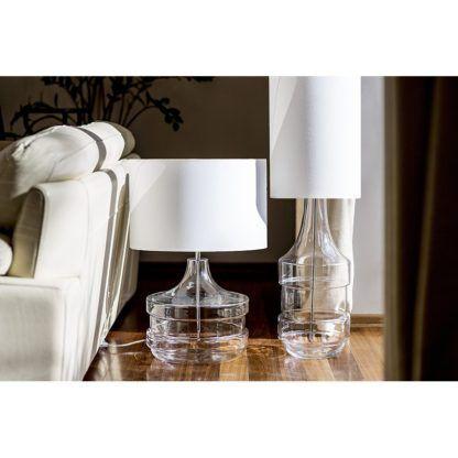 szklane lampy stołowe w salonie
