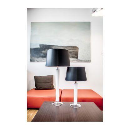 biała lampa stołowa ze szkła aranżacja