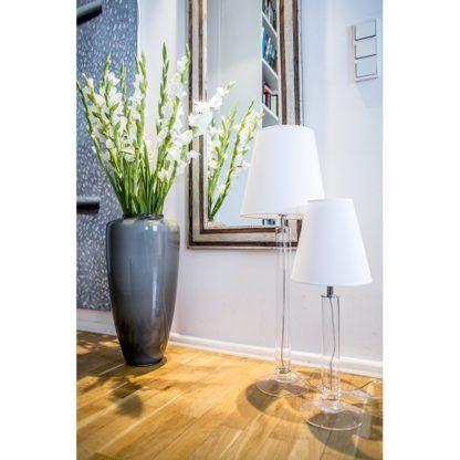 wysoka lampa ze szkła do salonu