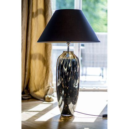 czarna lampa stołowa aranżacja