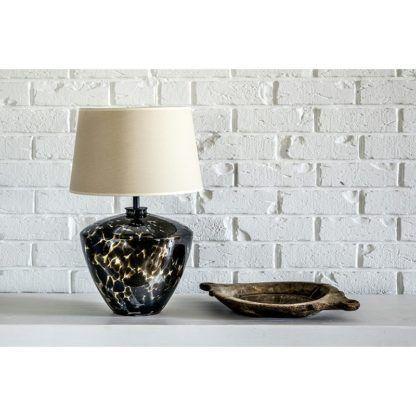 lampa stołowa w prążki aranżacja