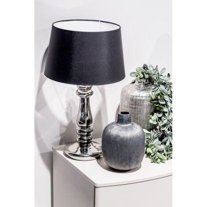 elegancka lampa stołowa aranżacja komoda