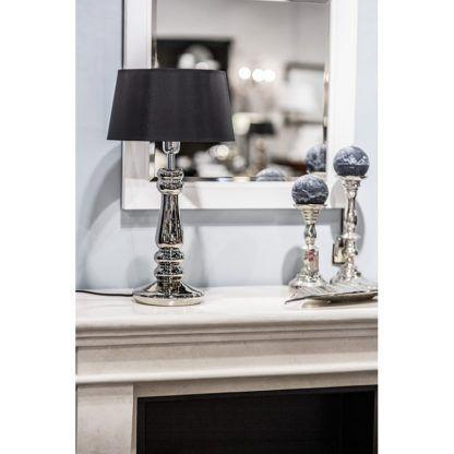 lampa stołowa na kominku aranżacja